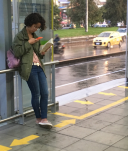 joven leyendo al tiempo digital e impreso